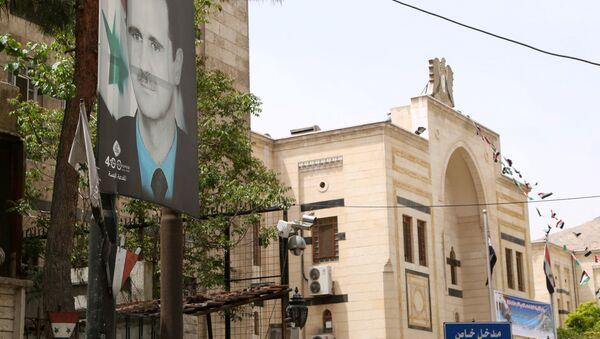 Baner sa likom predsednika Sirije Bašer Asadom u Damasku   - Sputnik Srbija