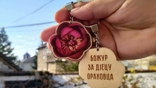 Privesak Božur za decu Orahovca koji je dizajnirala humanitarna organizacija Pandurica iz Nikšića - Sputnik Srbija