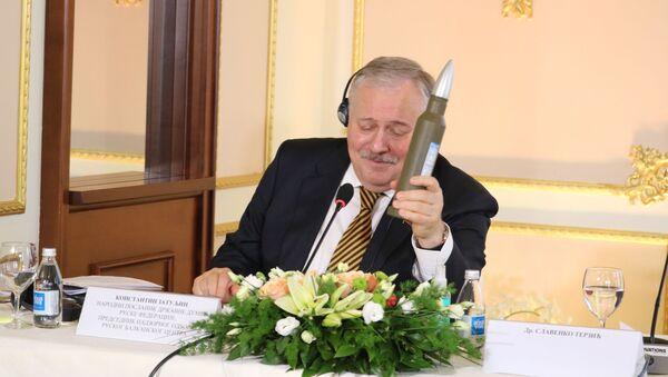 Konstantin Zatuljin u rukama drži votku, poklon Dačiću - Sputnik Srbija