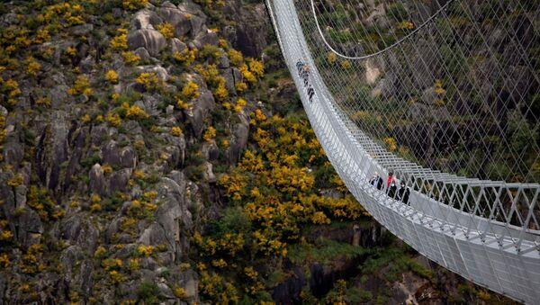 Најдужи висећи пешачки мост на свету отворен у Португалији - Sputnik Србија