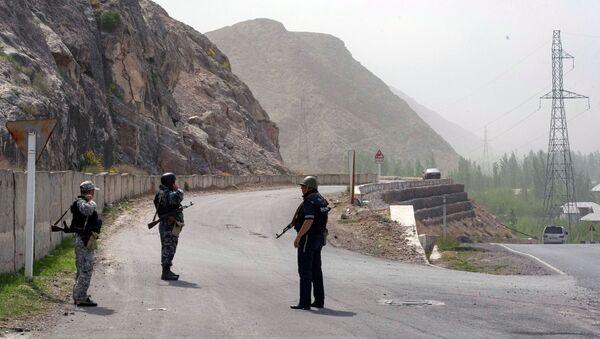 Војници и припадници полиције Киргизије у области села Кок Таш на граници са Таџикистаном  - Sputnik Србија