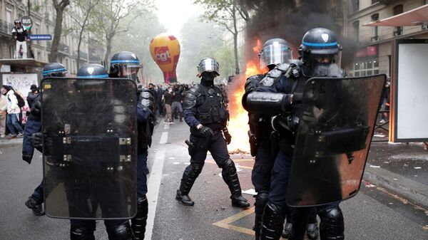 Policija potiskuje demonstrante na protestima u Parizu - Sputnik Srbija