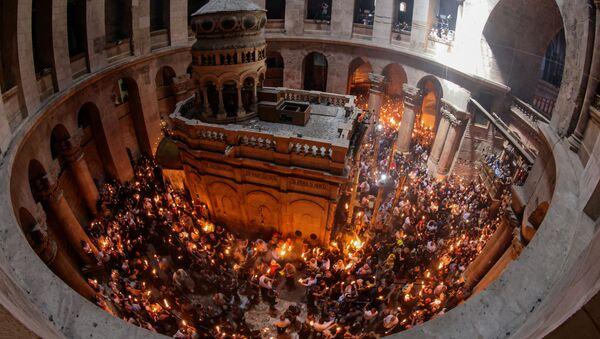 Silazak Blagodatnog ognja u Hristov grob u Jerusalimu - Sputnik Srbija