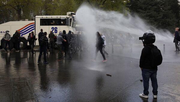 Policija rasturila žurku protiv korona mera u briselskom parku - Sputnik Srbija