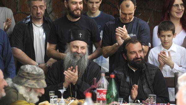 Patrijarh Porfirije proveo je najveći hrišćanski praznik sa beskućnicima sa kojima je ručao u crkvenoj narodnoj kuhinji - Sputnik Srbija