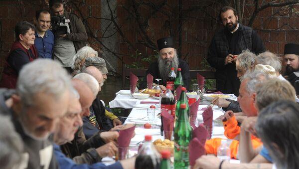 Patrijarh Porfirije sa beskućnicima - Sputnik Srbija