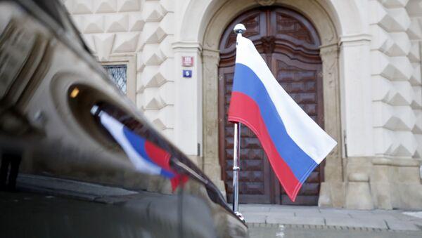 Automobil ruskog ambasadora u Pragu ispred zgrade Ministarstva spoljnih poslova Češke - Sputnik Srbija