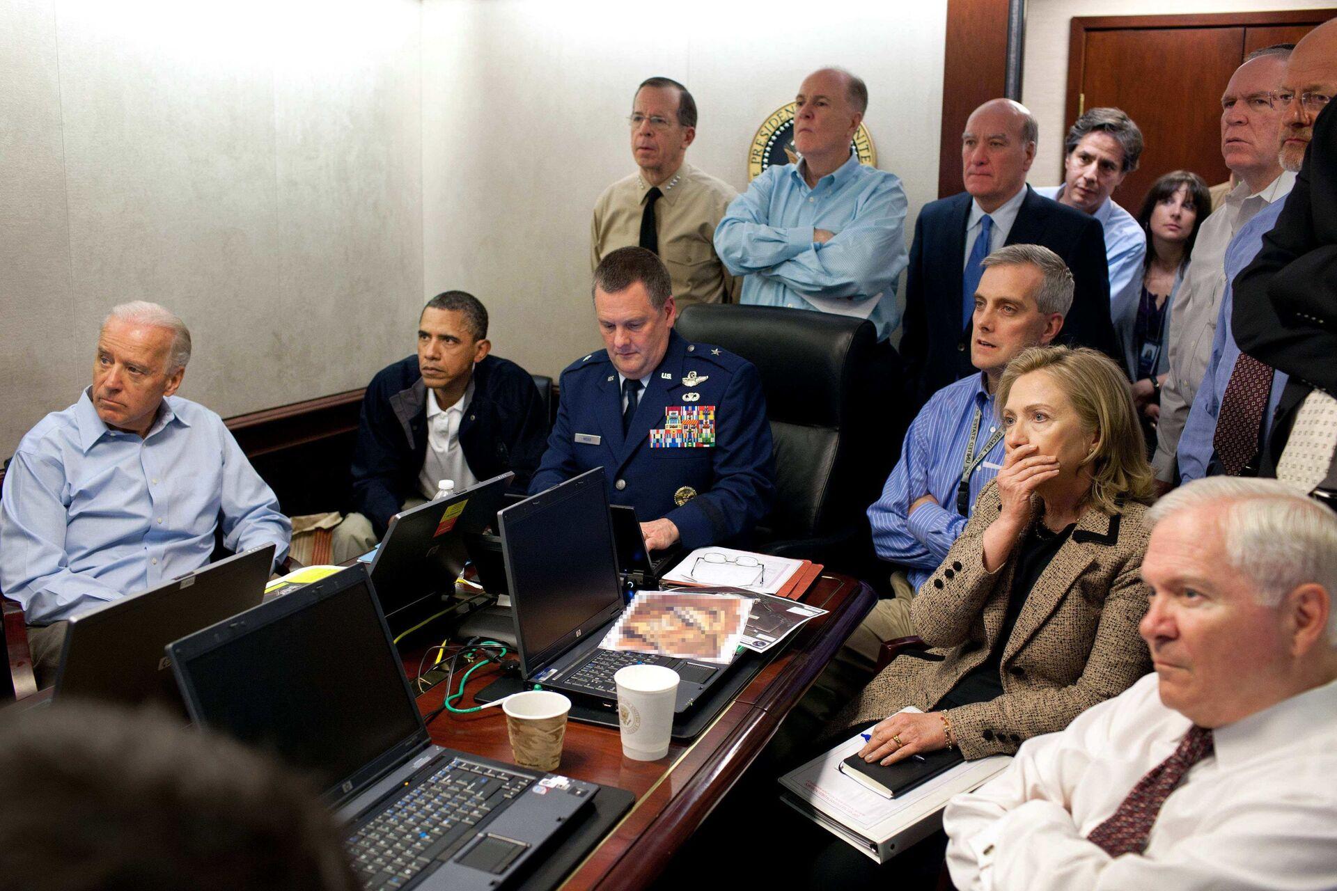 Државна секретарка САД Хилари Kлинтон, председник Барак Обама и потпредседник Џо Бајден, заједно са члановима националног безбедносног тима, добијају обавештење о мисији против Осаме бин Ладена у Ситуационој соби Беле куће у Вашингтону. - Sputnik Србија, 1920, 13.07.2021