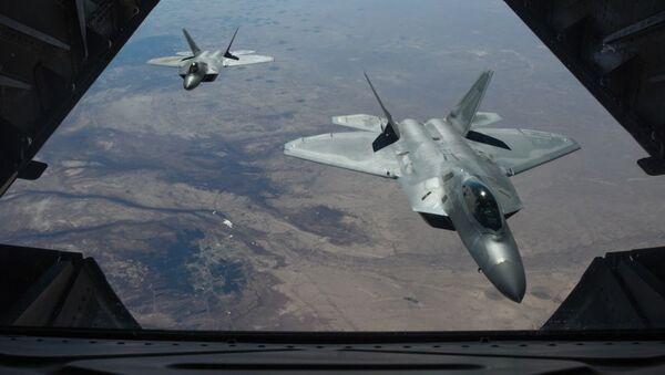 Dva američka lovca F-22 Raptor lete iznad Sirije - Sputnik Srbija
