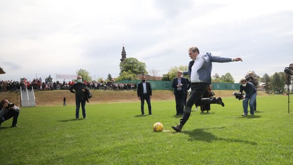 Вучић шутира пенал - Sputnik Србија