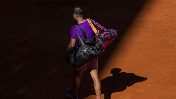 Rafael Nadal odlazi sa terena u Madridu posle poraza od Saše Zvereva - Sputnik Srbija