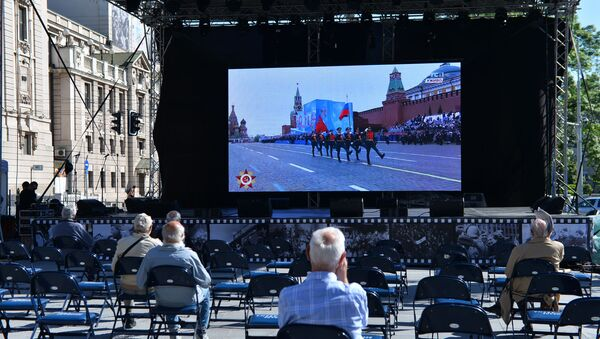 На великом видео биму на Тргу Републике у Београду пренос Параде победе у Москви - Sputnik Србија