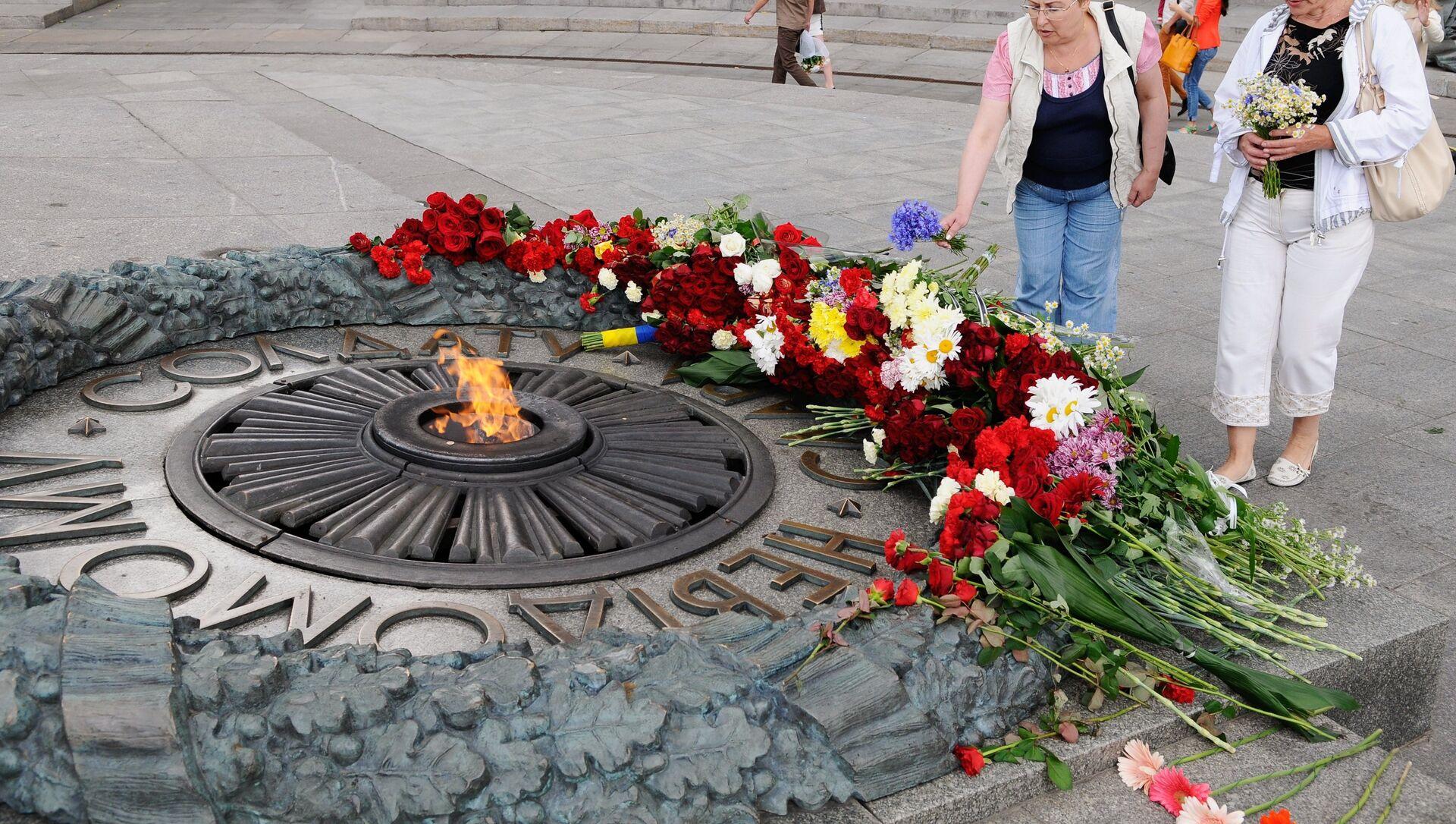 Вечна ватра у Парку славе у Кијеву - Sputnik Србија, 1920, 09.05.2021