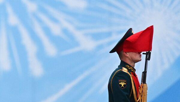 Војник на паради у част 76. годишњице победе у Другом светском рату у Москви - Sputnik Србија