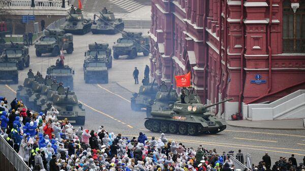 Tenkovi T-34-85 prodefilovali na vojnoj paradi povodom Dana pobede u Moskvi 9. maja - Sputnik Srbija