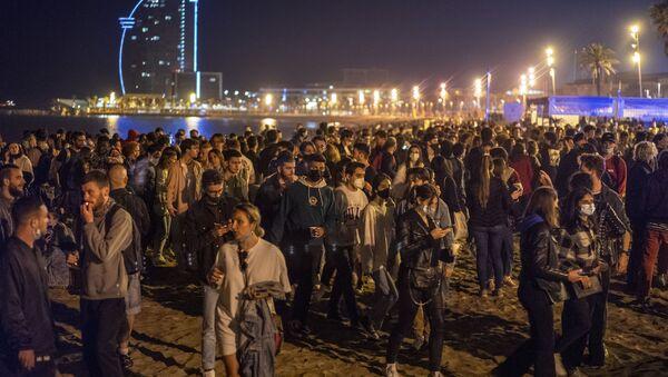 Шпанци масовним окупљањима на улицама и плажама прославили укидање полицијског часа - Sputnik Србија