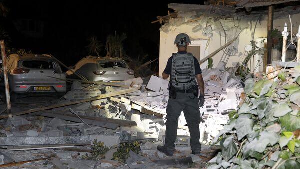 Izraelski oficir u Jehudi blizu Tel Aviva nakon granatiranja - Sputnik Srbija