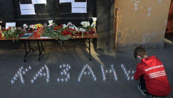 Грађани пале свеће и остављају цвеће испред представништва Татарстана у Санкт Петербургу - Sputnik Србија