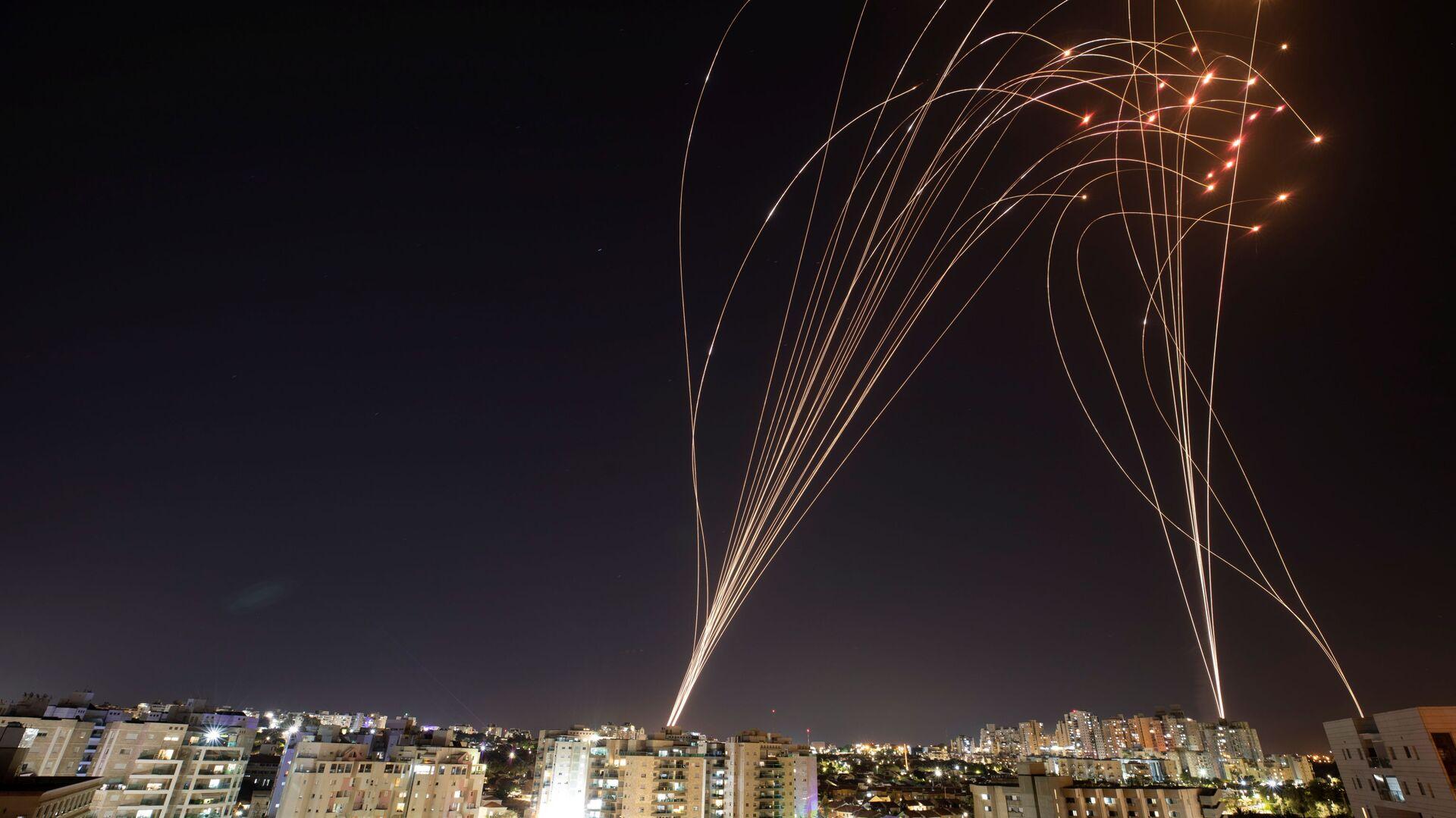 """Израелски систем ПРО """"Гвоздена купола"""" (Iron Dome) пресреће ракете, лансиране из сектора Газа у правцу Израела  - Sputnik Србија, 1920, 15.05.2021"""