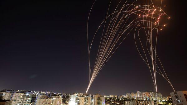 """Израелски систем ПРО """"Гвоздена купола"""" (Iron Dome) пресреће ракете, лансиране из сектора Газа у правцу Израела  - Sputnik Србија"""