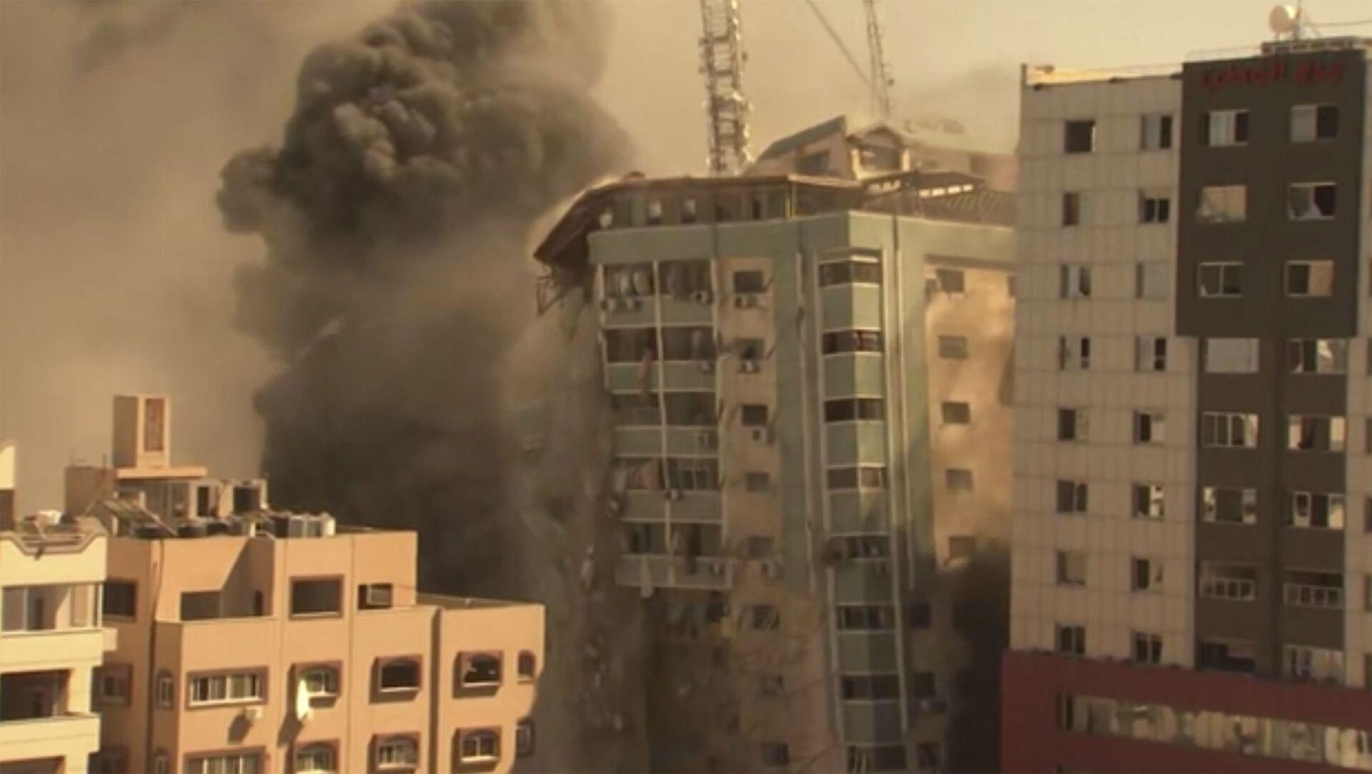 Рушење зграде у Гази током израелског бомбардовања - Sputnik Србија, 1920, 16.05.2021