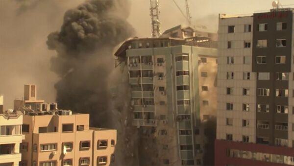 Рушење зграде у Гази током израелског бомбардовања - Sputnik Србија