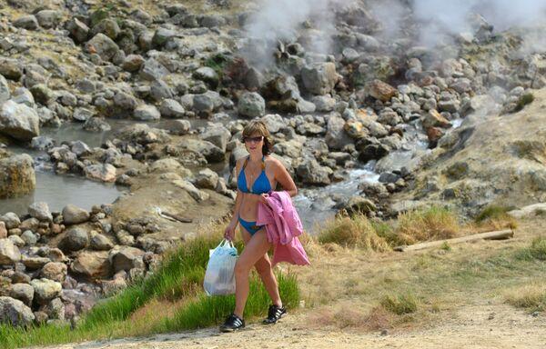 Žena na stazi u Dolini gejzira na padini Mutnovskog vulkana - Sputnik Srbija