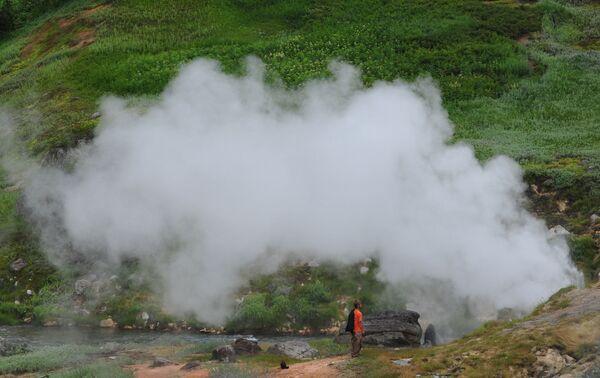 Erupcija gejzira Biserni u Dolini gejzira u Kronickom državnom rezervatu prirodne biosfere na Kamčatki  - Sputnik Srbija