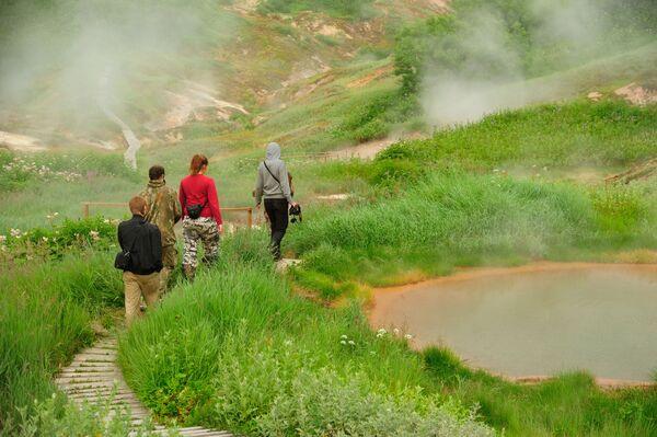Turisti pored Utinih jezera u Dolini gejzira u Kronickom državnom rezervatu prirodne biosfere na Kamčatki  - Sputnik Srbija