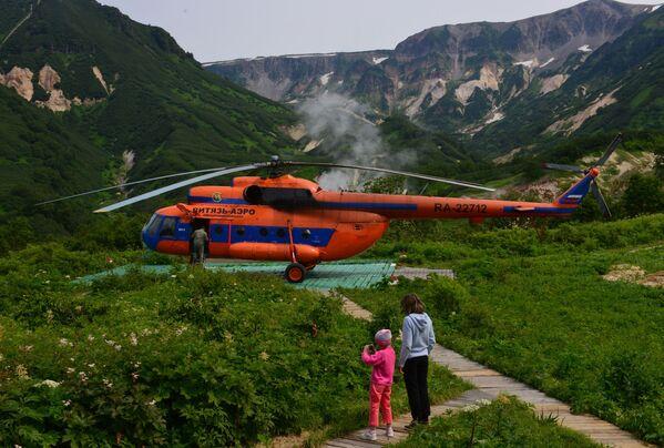 Turisti pored heliodroma u Dolini gejzira na Kamčatki  - Sputnik Srbija