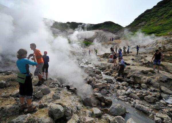 Turisti posmatraju Dolinu gejziri na padini Mutnovskog vulkana na Kamčatki  - Sputnik Srbija