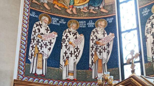 Pored ikone blaženopočivšeg patrijarha piše - Sveti Pavle patrijarh Srpski - Sputnik Srbija