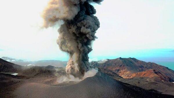 Вулкан Ебеко на Курилским острвима - Sputnik Србија