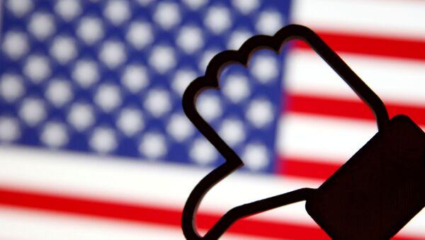 3 Д симбол Фејсбуковог лајка, обрнуто, испред америчке заставе. - Sputnik Србија