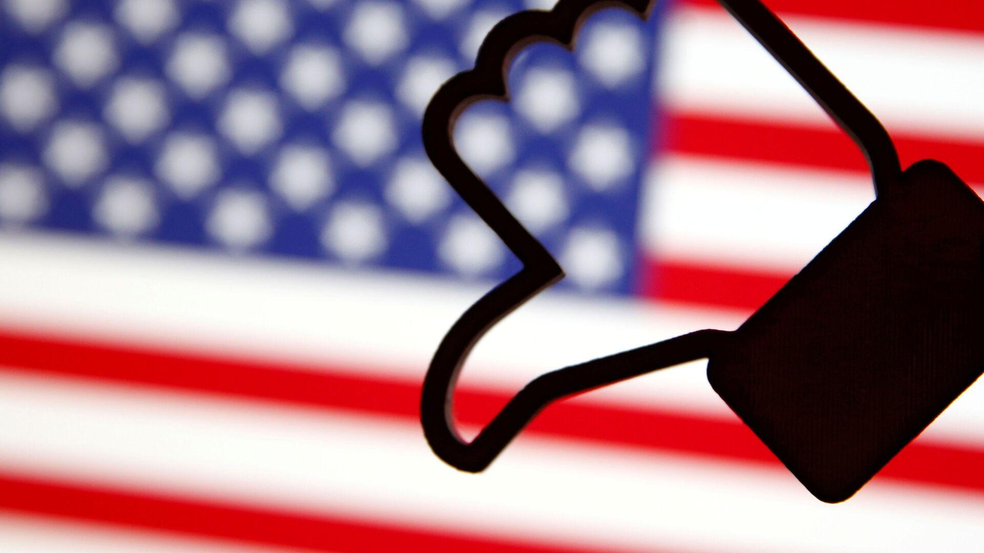 3 Д симбол Фејсбуковог лајка, обрнуто, испред америчке заставе. - Sputnik Србија, 1920, 05.10.2021