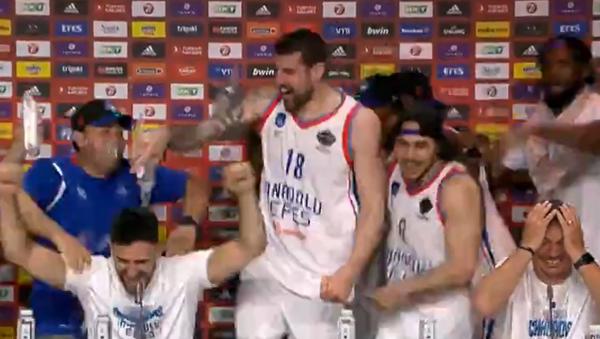 Кошаркаши Анадолу Ефеса прослављају титулу шампиона Европе - Sputnik Србија