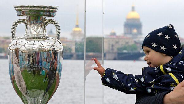 Trofej za pobednika Evropskog prvenstva u fudbalu u Sankt Peterburgu - Sputnik Srbija