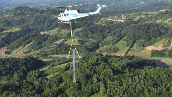 Хеликоптер МУП-а поставља крст на брду Бојчица код Осечине - Sputnik Србија