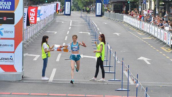 Olivera Jevtić prolazi kroz cilj polumaratonske trke na Beogradskom maratonu - Sputnik Srbija