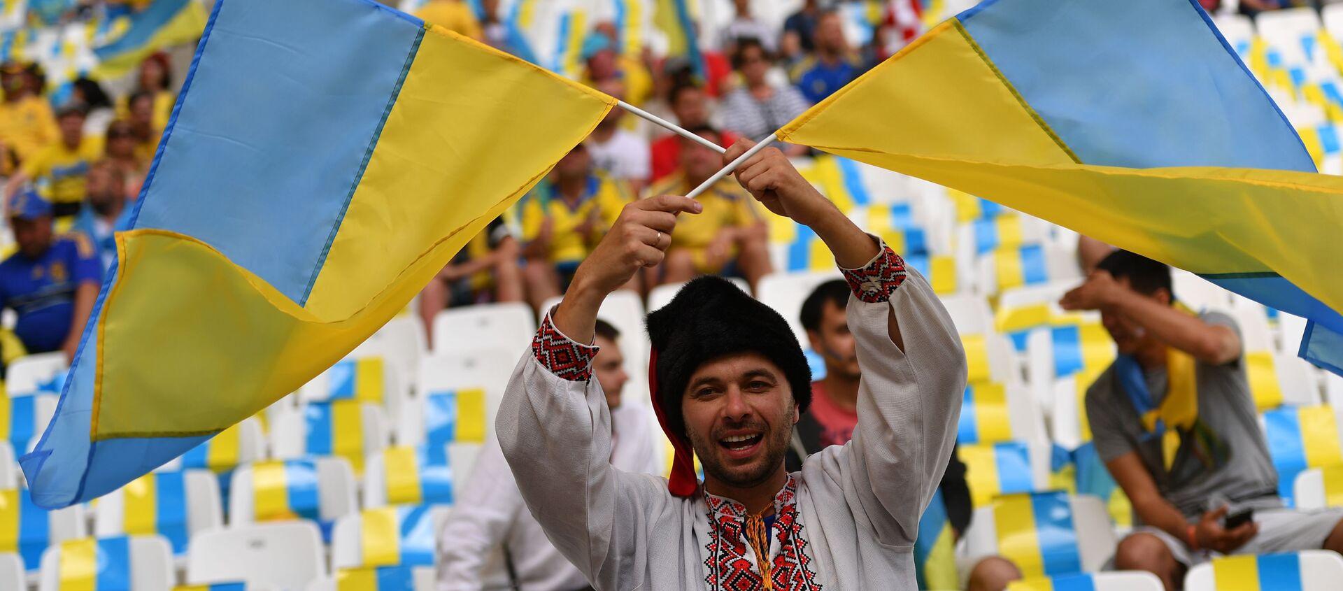 Ukrajinski fudbalski navijač sa zastavama Ukrajine - Sputnik Srbija, 1920, 07.06.2021