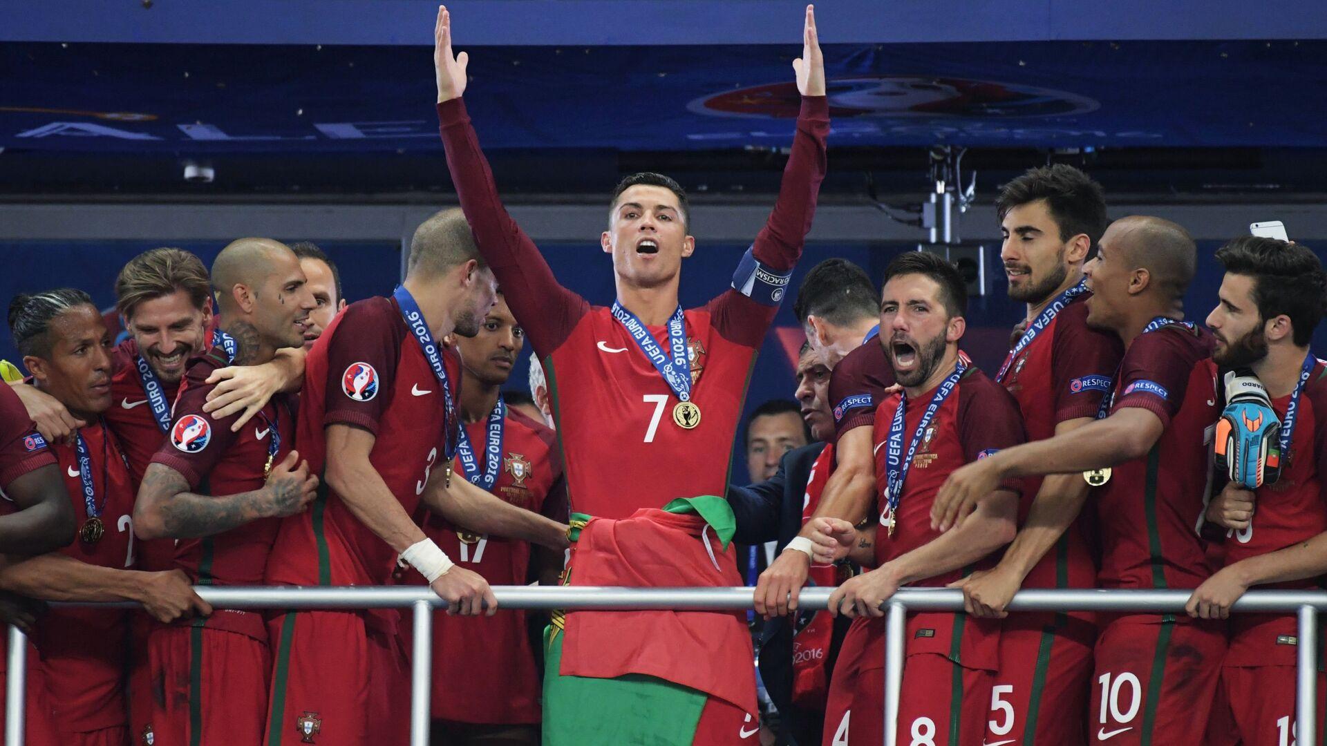 Kristijano Ronaldo i saigrači posle osvajanja Evropskog prvenstva 2016. - Sputnik Srbija, 1920, 27.08.2021