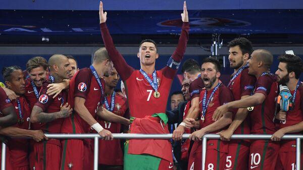 Kristijano Ronaldo i saigrači posle osvajanja Evropskog prvenstva 2016. - Sputnik Srbija