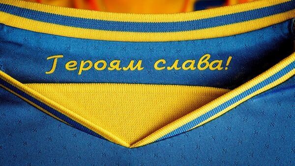 Дрес украјинске фудбалске репрезентације са спорним натписом Слава херојима - Sputnik Србија