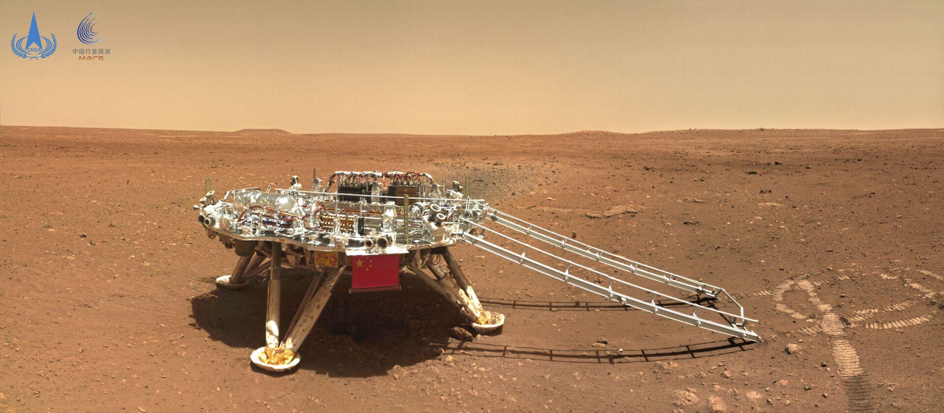 Кинески ровер Џуронг на површини Марса. - Sputnik Србија, 1920, 13.07.2021