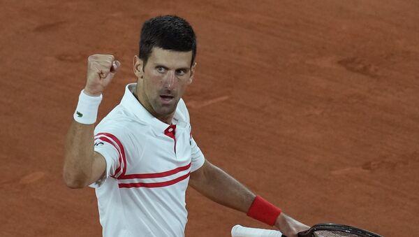 Novak Đoković proslavlja pobedu nad Rafaelom Nadalom u polufinalu Rolan Garosa - Sputnik Srbija
