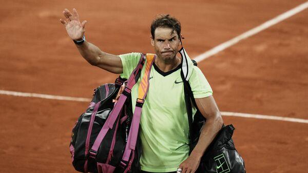 Rafael Nadal napušta teren posle poraza od Novaka Đokovića u polufinalu Rolan Garosa - Sputnik Srbija