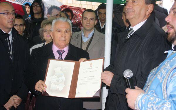 Miloradu Arlovu uručena povelja počasnog građanina mitrovačkog okruga ispod spomenika Knezu Lazaru u Kosovskoj Mitrovici - Sputnik Srbija