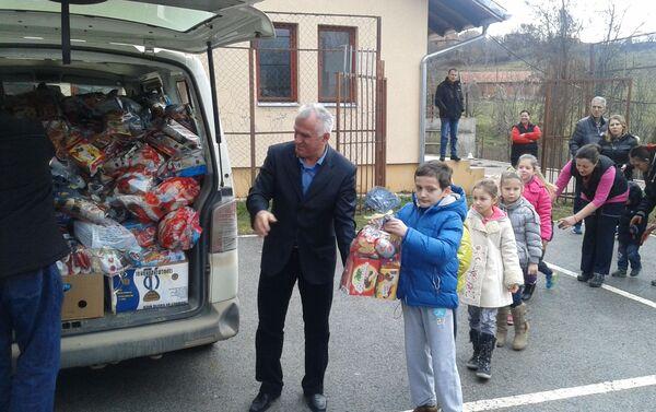 Paketići za srpsku decu u Metohiji, selo Suvo Grlo, Opština Srbica  - Sputnik Srbija