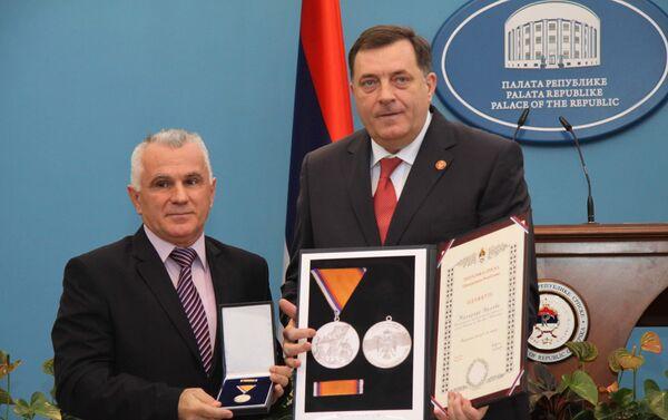 Godine 2013. tadašnji predsednik Republike Srpske Milorad Dodik uručio je Orden zasluge Miloradu Arlovu.  - Sputnik Srbija