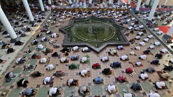 Муслимани се моле у џамији - Sputnik Србија